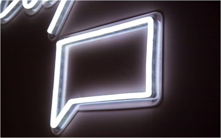 Neonskylt som är formad som en pratbubbla