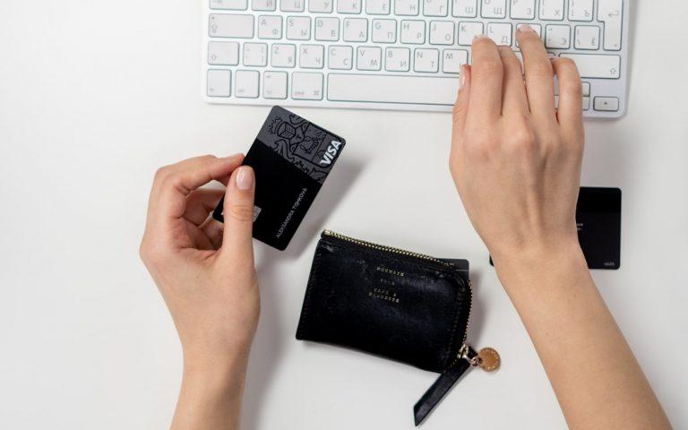 bild tagen ovanifrån på tangentbord, plånbok och betalkort