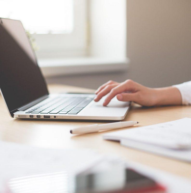 skrivbord med laptop